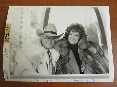 Vtg Glossy Press Photo Larry Hagman & Linda Gray at Thanksgiving Parade 11/08/85