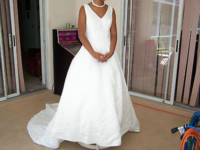 Design Wedding Collection - GINZA COLLECTION DESIGN WEDDING DRESS SIZE 8  FLORAL DESIGN V NECK SLEEVELESS