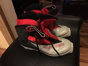 Cross country ski boots size 6.5 SNS