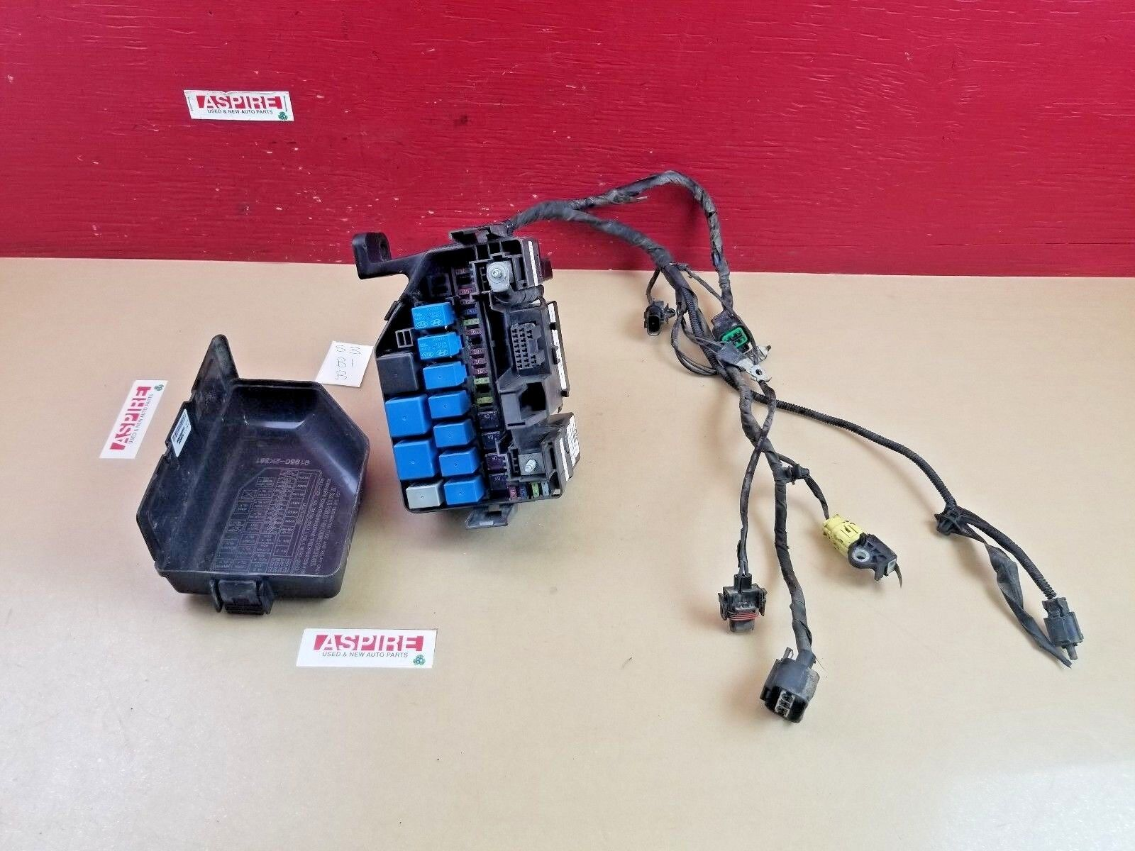 *2010-2011 Kia Soul Engine Fuse Box With Harness 912422K105 OEM