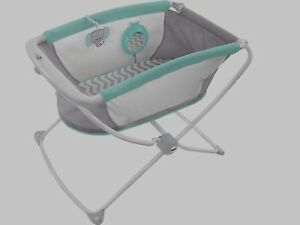 Bassinet, portable from Fisher-Price + 2 sheets. Like new!!!