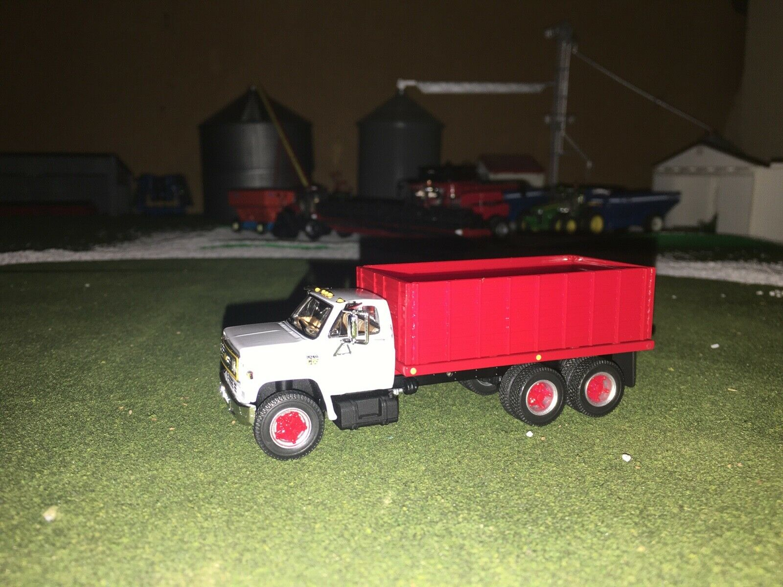 1/64 DCP BY FIRST GEAR WHITE/RED CHEVY C65 TANDEM AXLE GRAIN TRUCK FS