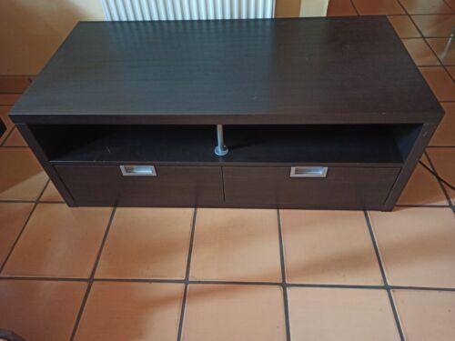 FERNSEHTISCH mit stabielen Schubladen und Aluminiumgriffen in mattem Schwarz.