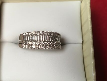Ring diamonds baguette and round brilliant 18ct gold val$3175