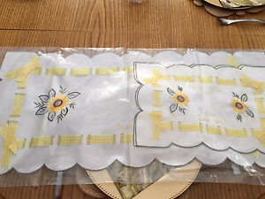Table runner with 2 place mats
