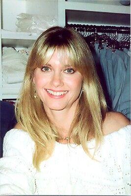 OLIVIA NEWTON JOHN - GREAT HEADSHOT - GREAT SMILE !! EARLY 90'S !!