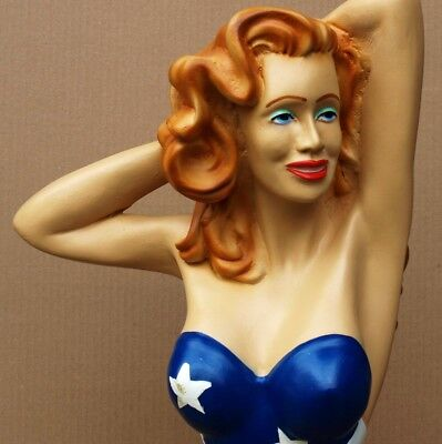 SEXY LADY im Stars and Stripes Badeanzug = GROßE PIN UP Figur PERFEKT Erotik USA ()