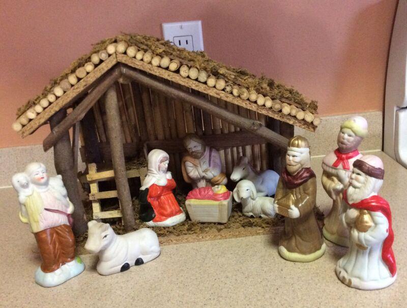 VINTAGE 11 PIECE CHRISTMAS CERAMIC FIGURES NATIVITY WOODEN CRECHE STABLE SET