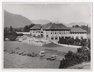 Photo ancienne n&b chili pucón pucon vers 1950 chile hôtel plage forêt barque