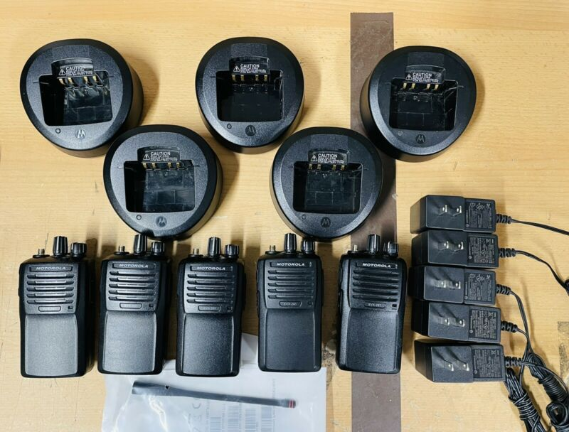 (5) MOTOROLA MOTOTRBO EVX-261-G7-5, UHF, 5W, 32CH w/ Chargers EXELENT CONDITION