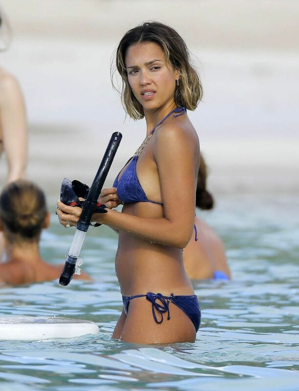 Jessica Alba With Diving Glasses In Hand 8x10 Picture Celebrity Print