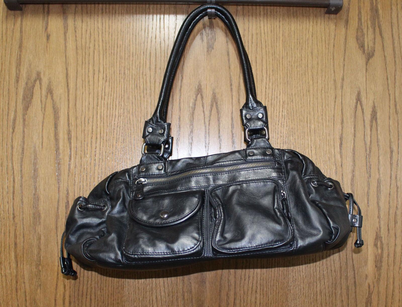 schwarze Handtasche mit vielen Zusatztaschen und Fächer