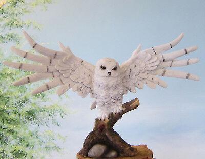 Fliegende Schneeeule B:40cm auf Baumstamm Eule Figur Deko Garten natürlich Kauz