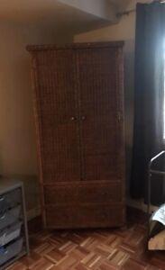 Grande armoire de rotin