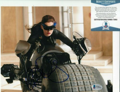 ANNE HATHAWAY signed (THE DARK KNIGHT) 8X10 *Selina* photo BAS BECKETT T29621