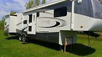 2006 Montego Bay 5th wheel 37 ft  4 pull-out