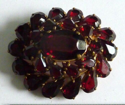 A VINTAGE 1950s GOLD TONE BROOCH WITH RED GARNET GLASS STONES