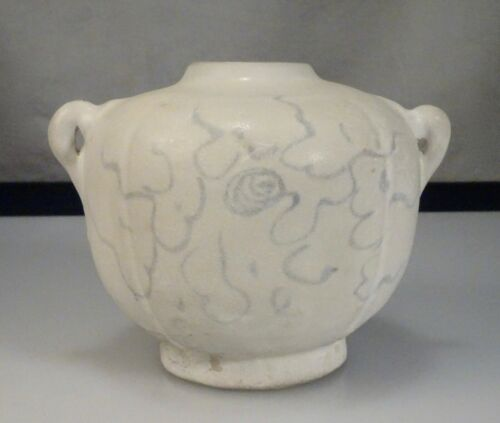 15th century Vietnam Annamese White Lobed Porcelain Jarlet   -  56917