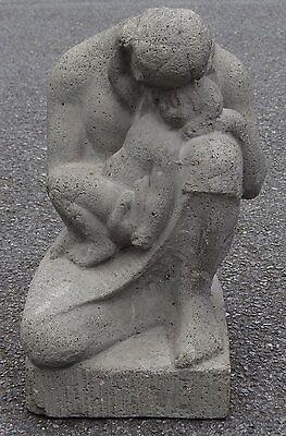"""Steinskulptur """"Mutter mit Kind"""" auf Sockel, mit Riss    (252/10026)"""
