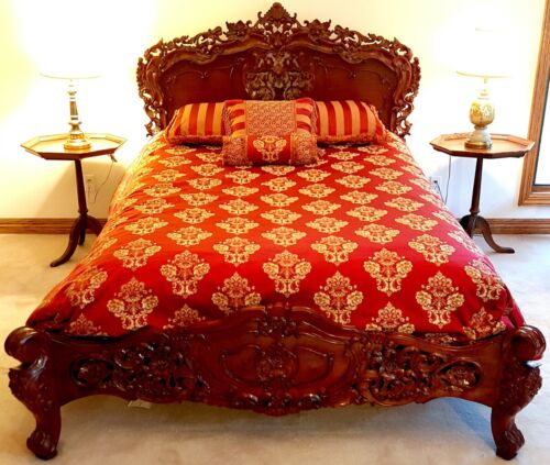 Beautiful Antique-style Queen BED with Comforter + Decorative Pillows