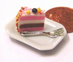 1-12-Scale-Slice-Of-Cake-On-A-Plate-Dolls-House-Miniature-Food-Accessory-SC1