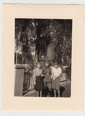 Damen und deutscher Soldat (R.A.D.) am Zaun 1941 (D Und D Zaun)