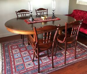 Expandable Wooden Dining Table: great condition