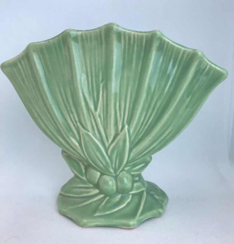 VINTAGE ORIGINAL MCCOY GREEN LEAVES and BERRIES FAN 1940's VASE - LOOKS GREAT!