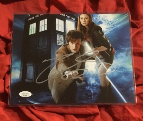 DOCTOR WHO 8X10 PHOTO~SIGNED BY MATT SMITH+JSA COA~TARDIS WITH AMY POND~3664