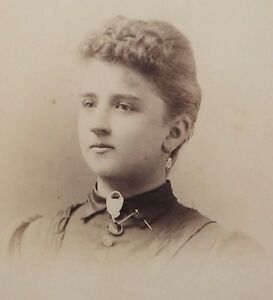 ANTIQUE-1880-039-s-CABINET-PHOTOGRAPH-BUTLER-MISSOURI-WOMAN-POSING