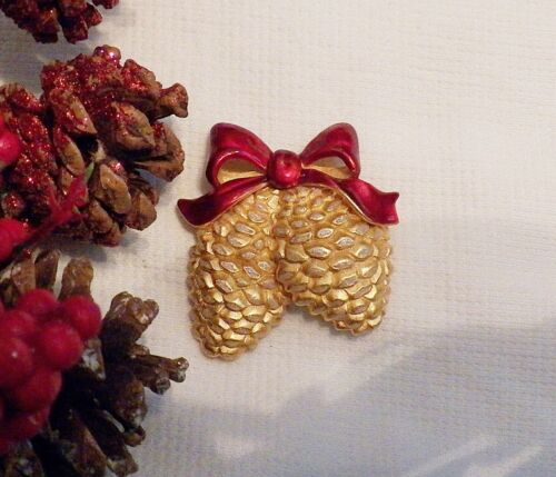 CLASSIC CHRISTMAS PIN BROOCH WHIMSICAL PINE CONE RED RIBBON COLD TONE METAL X20S
