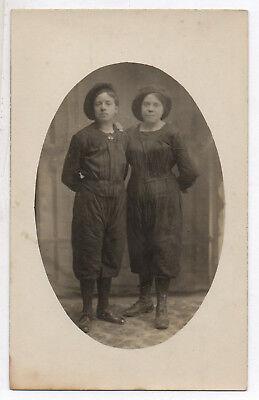 Gay Couples Costume (CARTE PHOTO Couple Femmes Femme Costume de travail Béret 1917 Garçonne Gay)