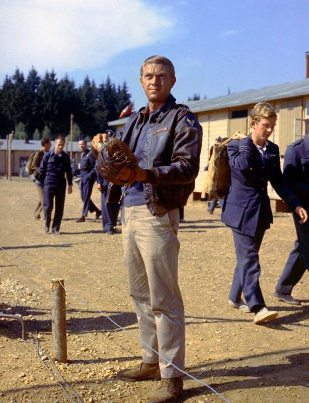THE GREAT ESCAPE STEVE MCQUEEN HILTS WITH BASEBALL GLOVE GREAT PHOTO