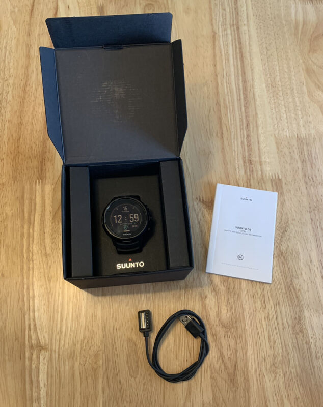 Suunto D5 Dive Computer - All Black with USB Cable  - SS050192000