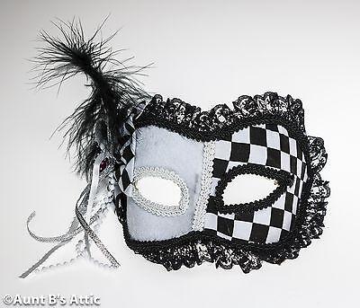 Mardi Gras Maske Schwarz & Wht. Harlequin Stil Stoff Augenmaske mit Federn &