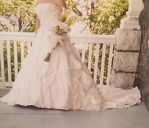 Absolutely beautiful wedding dress for sale