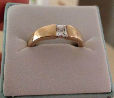 Large size R solid 9ct gold ring 375