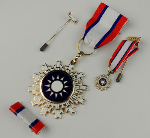SET WWII Chinese KMT General Medal Badge Order of Blue Sky and White Sun & Box