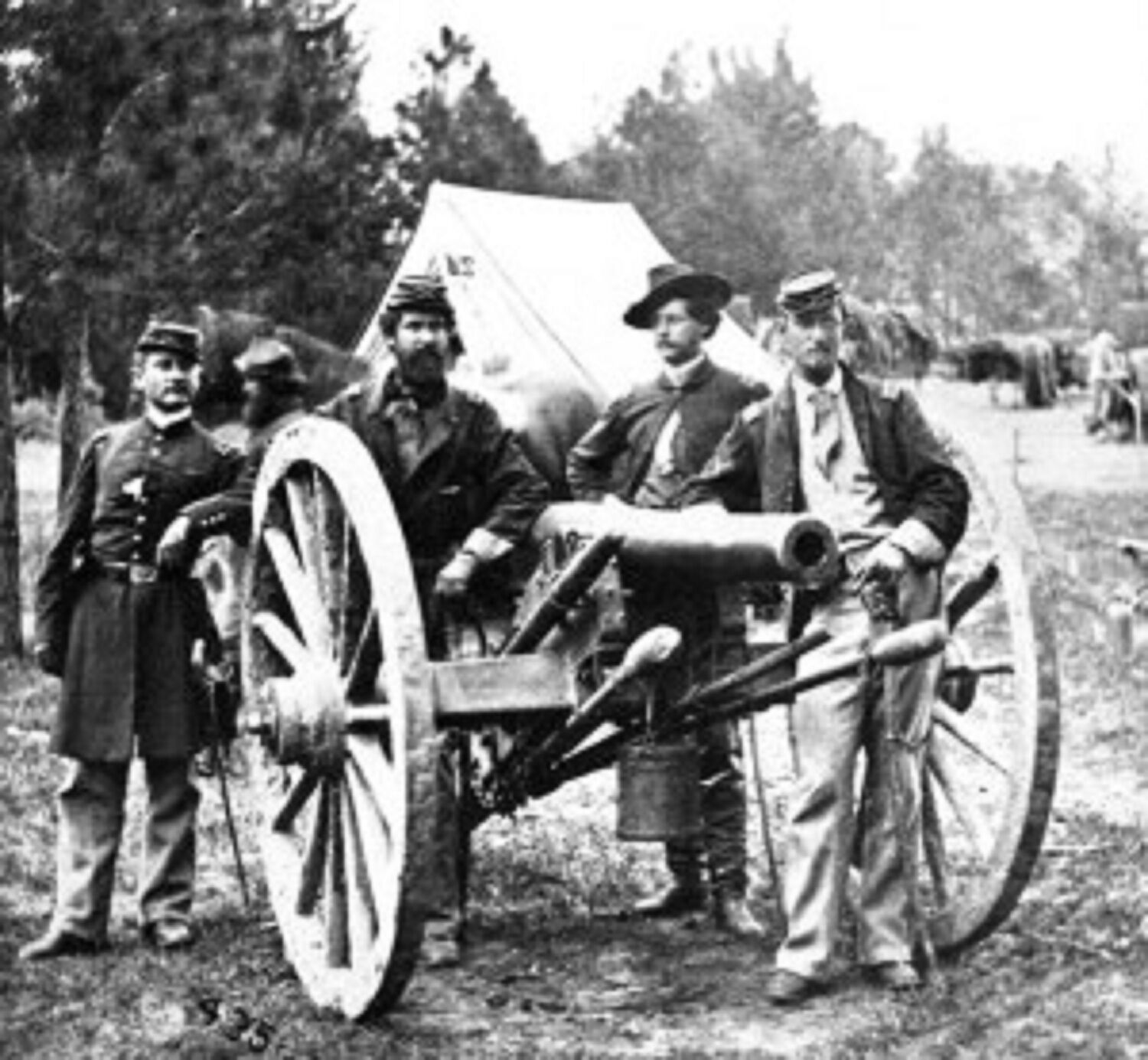 artillery and weapons of the civil war Field artillery in the american civil war refers to the important artillery weapons, equipment, and practices used by the artillery branch to support the infantry and cavalry forces in the field it does not include siege artillery , use of artillery in fixed fortifications, or coastal or naval artillery.