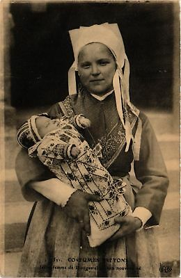 CPA Costumes Bretons Jeune Femme de Plougastel FRANCE FOLKLORE (788045)