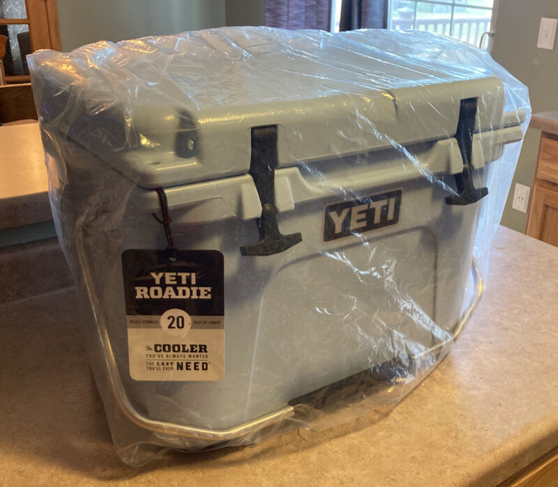 YETI ROADIE 20 COOLER - Rare ICE BLUE  Never Used - Brand New With Tags - 🌞