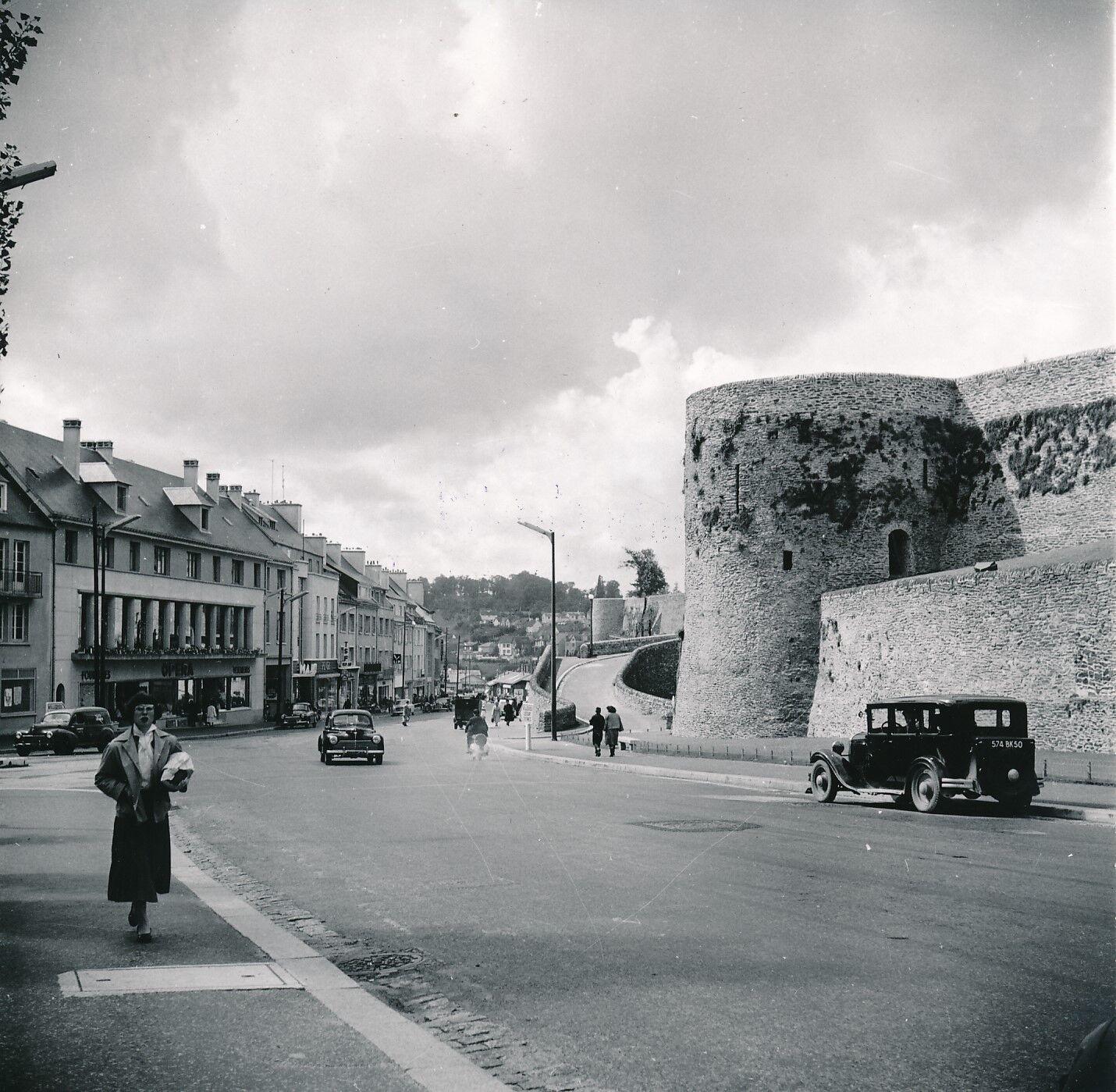 SAINT-LÔ c. 1950 -  Voitures rue Torteron Remparts Manche  - Div 7875
