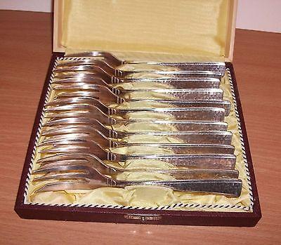12 alte Kuchengabeln Hammerschlag Dekor versilbert im Besteckkasten