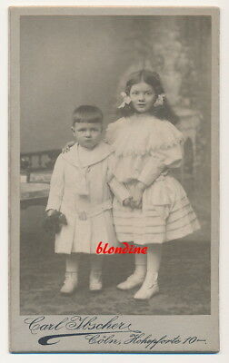 CDV: Niedliche, kleine Geschwister in feiner Robe; Köln, um 1900