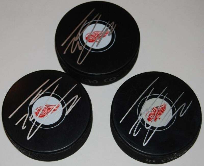 THOMAS VANEK signed (DETROIT RED WINGS) Souvenir hockey logo puck W/COA