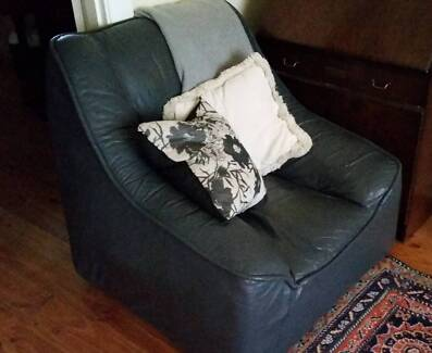 3-piece grey leather lounge suite (2 armchairs and sofa)