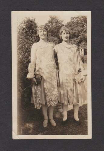 YOUNG LADIES PRETTY DRESSES PURSE SHORT HAIR OLD/VINTAGE PHOTO SNAPSHOT- P186