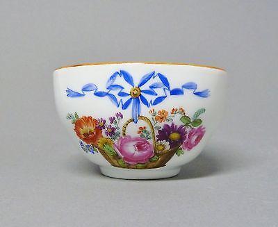 (G1027) Meissen Tasse 1774-1814, mit einem Blumenkorb bemalt, brauner Rand