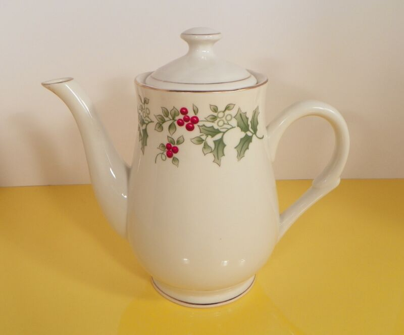 Gibson GID35 Christmas Holly Berries Coffee Pot with Lid 4-Cup Goldtone Trim