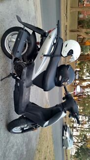 Selling cheap, working scooter +2 helmets
